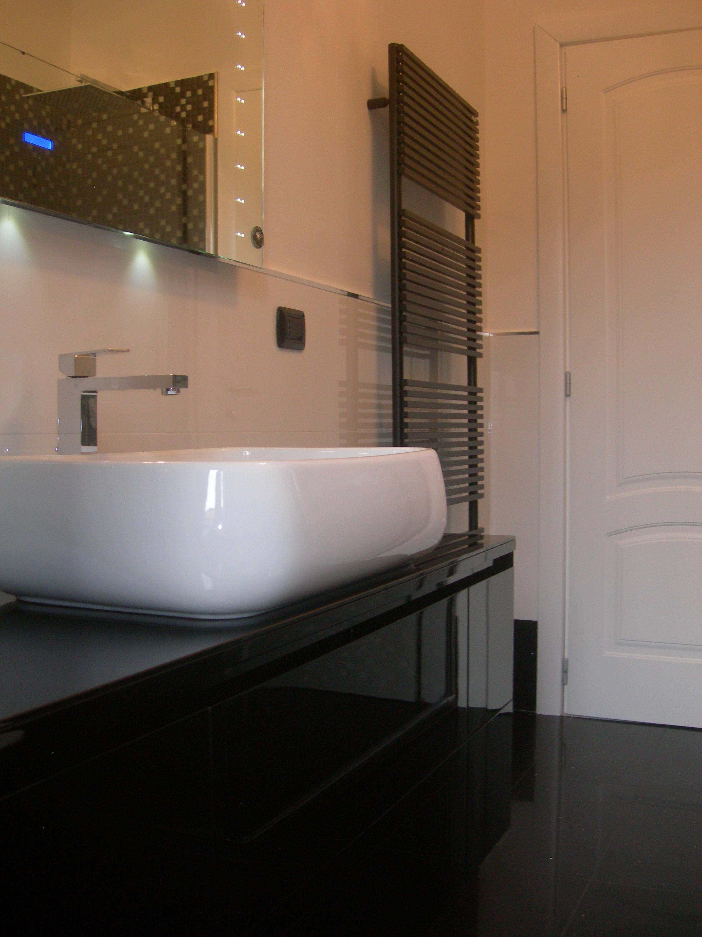 Bagno design bianco e nero edilcom fancelli - Bagno arancione e bianco ...