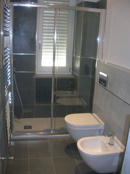 Bagno con piastrelle effetto resina edilcom fancelli - Resina piastrelle bagno ...