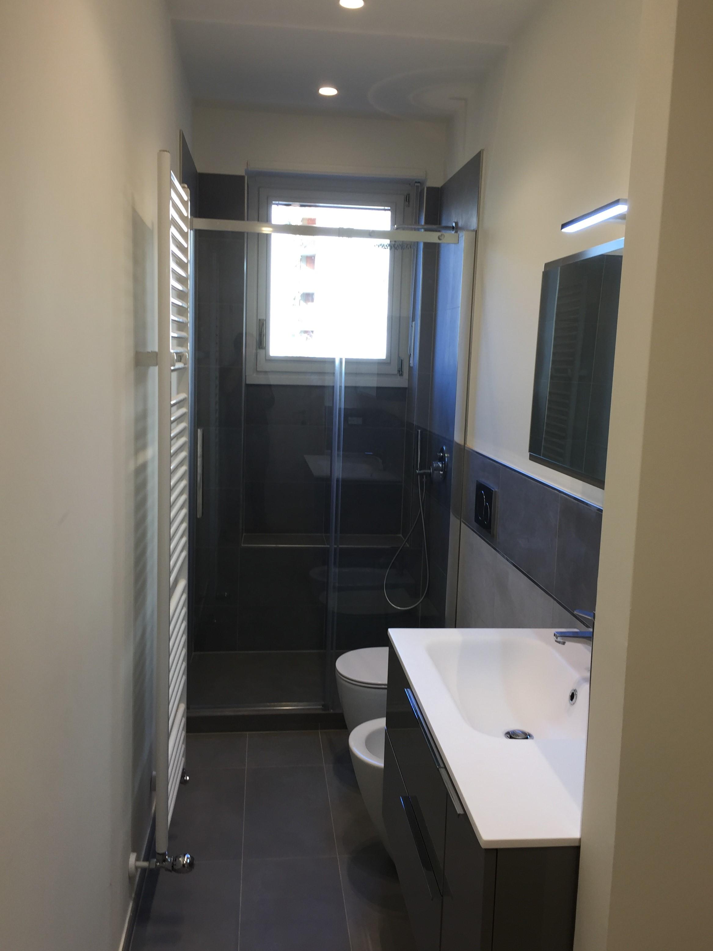 Ristrutturazione di due bagni in appartamento a torino - Doccia finestra ...